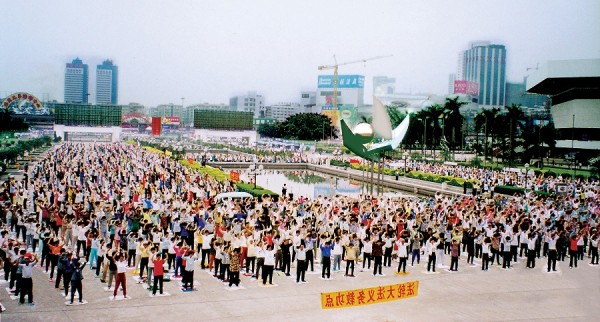 Morning Falun Gong exercises, in the city of Guangzhou, southern China before the persecution began in mid-1999. Falun Gong consists of meditative exercises and adherence to three principles of truthfulness, compassion and forbearance. (Image: Wikipedia Commons)
