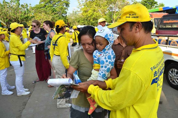 Tourists signing the petition calling for an end to the persecution of Falun Gong in China (Image: Vision Times)