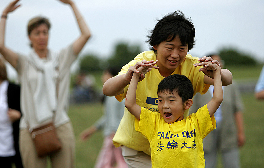A mother and son practicing the Falun Gong exercises. (Image: longtrekhome via flickr/CC BY 2.0)