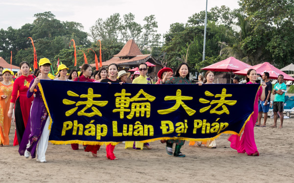 Falun Gong practitioners from Vietnam (Image: Vision Times)