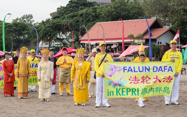 Falun Gong practitioners from Kepri in Indonesia (Image: Vision Times)