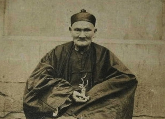 Li Qing Yun (pictured) claimed that his good health and longevity came from three things: being a vegetarian, maintaining inner peace and drinking wolfberry tea. He insisted that maintaining inner peace was a must for longevity. (Gzdavidwong/Wikipedia)
