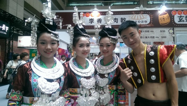 Promotion team of Taiwanese beef jerky shop (Image: Billy Shyu/ Vision Times)