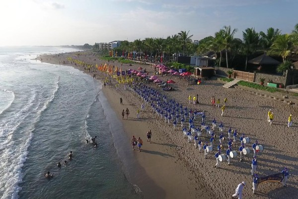 A grand parade starting from Petitenget Beach through Seminyak Beach to Legian Beach, and returned to Petitenget Beach in Bali, Indonesia on August 27, 2016 (Image: Vision Times)