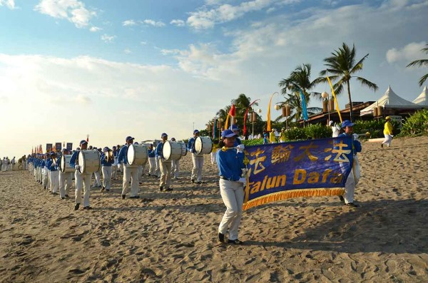 The procession is led by Tian Guo Marching Band composed of some 150 Falun Dafa practitioners from Indonesia and Vietnam.(Image: Vision Times)